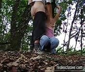 Une milf avec de gros seins suce en forêt