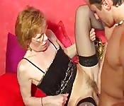 Une mamie salope se fait baiser fort