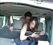 Une baise hard dans la voiture
