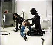 Lesbiennes de cuir dans des jeux BDSM