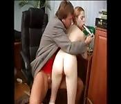 Une jeune écolière fait face à son professeur