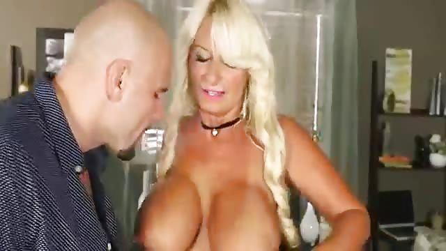 Porno hard avec une cougar aux gros nibards