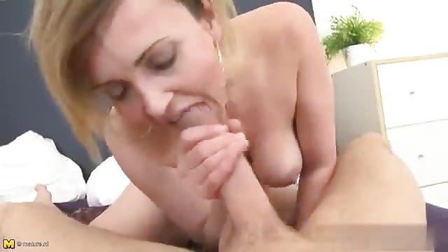 Femme mature séductrice se fait démolir la vulve