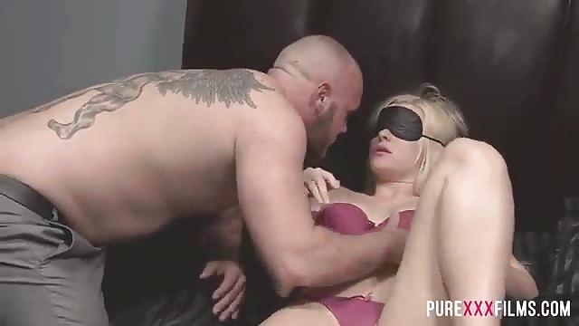 Blonde sexy jouit sur une bite