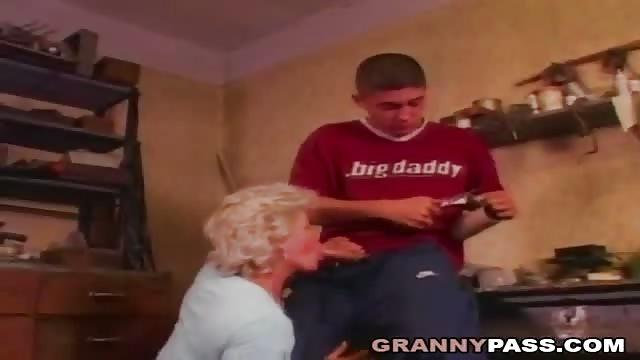 Mamie blonde enculée sans pitié