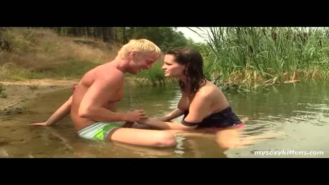 Brunette avec une poitrine incroyable se fait niquer au bord de la rivière