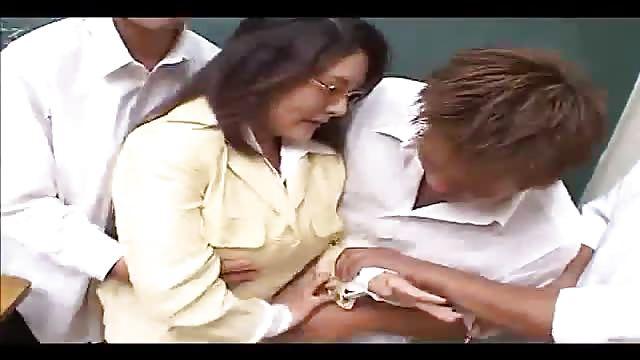 Prof soumise baisée par deux jeunes élèves