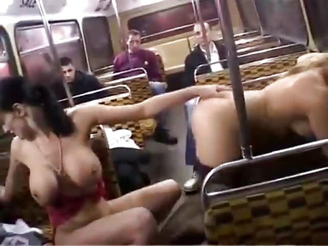 Deux lesbiennes baisent dans le bus
