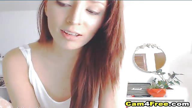 Une jeune écolière rousse passe son temps à jouer avec sa chatte devant sa webcam