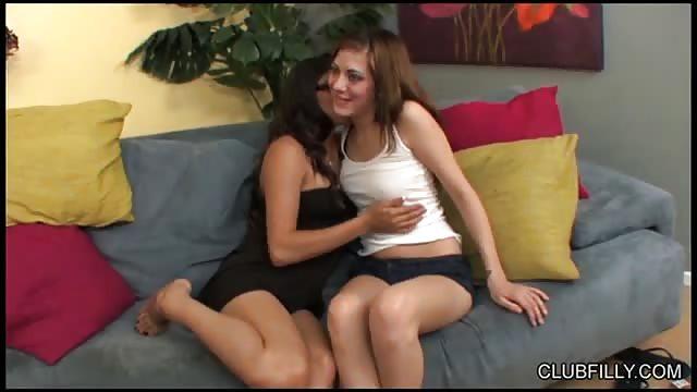 2 lesbiennes dans un canapé