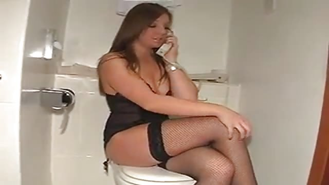 Elle se touche tout en téléphonant