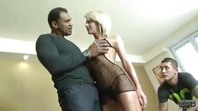 Une blonde se fait démonter par deux bites